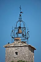Europe/France/Provence-Alpes-Côte d'Azur/84/Vaucluse/Lubéron/Ménerbes: Place de l'hôtel de ville avec son beffroi à campanile du XVIIème siècle.