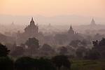 Myanmar (Burma), Mandalay-Division, Bagan: Sunrise over the Bagan temples, built between the 11th and 13th centuries | Myanmar (Birma), Mandalay-Division, Bagan: Sonnenaufgang ueber den Bagan Tempeln, die zwischen dem 11. und 13. Jahrhundert erbaut wurden