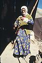 Turquie 1981.Transhumance chez les kurdes sur les hauts plateaux de la region de Van, une jeune femme filant.<br /> Turkey 1981.In the district of Van, to summer pastures, a young woman spinning<br /> تورکیا سالی 1981 , ناوچه ی وان, کاتی هه وارو کویستان, ژنه جحیلیک خوری دریسی