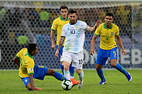 BELLO HORIZONTE – BRASIL, 2-07-2019: Alex Sandro de Brasil disputa el balón con Lionel Messi de Argentina durante partido por la primera semifinal de la Copa América Brasil 2019 entre Brasil y Argentina jugado en el Mineirau de Bello Horizonte. / Alex Sandro of Brazil vies for the ball with Lionel Messi of Argentina during the Copa America Brazil 2019  first semifinal match between Brasil and Argentina played at Mineirau in Bello Horizonte, Brazil. Photos: VizzorImage / Cristian Álvarez / Cont /