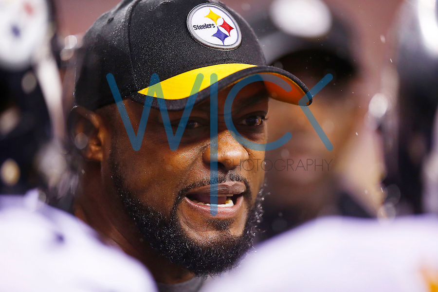 Head coach Mike Tomlin of the Pittsburgh Steelers talks to his defense in the final seconds of the game against the Cincinnati Bengals during the Wild Card playoff game at Paul Brown Stadium on January 9, 2016 in Cincinnati, Ohio. (Photo by Jared Wickerham/DKPittsburghSports)
