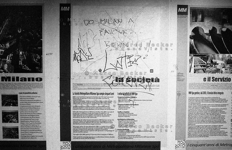 """Milano, scritta denigratoria su una mappa ad una stazione del Passante Ferroviario: """"Fai un favore a Milano... bruciala"""" --- Milan, denigrating writing on a map in a station of the suburban railway: """"Do Milan a favor...burn it"""""""