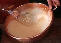 Europe/France/Basse-Normandie/50/Manche/Mont Saint Michel: Préparation d'une omelette par une omelettière à l'auberge de la mère Poulard