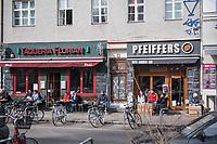 Aufgrund einer Anordnung des Berliner Senat muessen seit dem 13. Maerz 2020 Bars, Clubs und Kneipen geschlossen bleiben um die Ausbreitung des Corona-Virus zu verlangsamen.<br /> Am Tag nach der Anordnung zeigt sich in der Stadt ein gemischtes Bild. Einige Cafes hielten sich an die Anordnung und hatten geschlossen viele Cafes nicht.<br /> Im Bild: Links ein geschlossenes Cafe, rechts ein geoeffnetes Cafe in Berlin-Kreuzberg.<br /> 15.3.2020, Berlin<br /> Copyright: Christian-Ditsch.de<br /> [NUR FUER REDAKTIONELLE ZWECKE! Werbung nur auf Anfrage beim Fotografen. Inhaltsveraendernde Manipulation des Fotos nur nach ausdruecklicher Genehmigung des Fotografen. Vereinbarungen ueber Abtretung von Persoenlichkeitsrechten/Model Release der abgebildeten Person/Personen liegen nicht vor. NO MODEL RELEASE! Don't publish without copyright Christian-Ditsch.de, Veroeffentlichung nur mit Fotografennennung, sowie gegen Honorar, MwSt. und Beleg. Konto: I N G - D i B a, IBAN DE58500105175400192269, BIC INGDDEFFXXX, Kontakt: post@christian-ditsch.de<br /> Bei der Bearbeitung der Dateiinformationen darf die Urheberkennzeichnung in den EXIF- und  IPTC-Daten nicht entfernt werden, diese sind in digitalen Medien nach §95c UrhG rechtlich geschuetzt. Der Urhebervermerk wird gemaess §13 UrhG verlangt.]