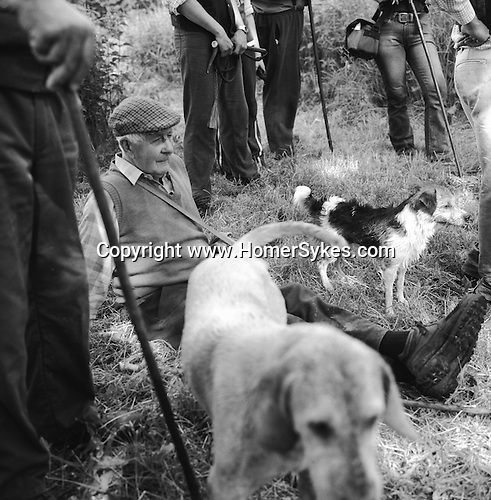The Valley Minkhounds. .Followers resting on the river bank on a very warm summerÕs day. Near Aldermaston, Berkshire.Hunting with Hounds / Mansion Editions (isbn 0-9542233-1-4) copyright Homer Sykes. +44 (0) 20-8542-7083. < www.mansioneditions.com >