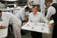 Europe/France/2B/Haute Corse/Calvi: En cuisine avec Christophe Bacquié  Chef du restaurant: L'Alivu de l'Hotel La Villa, Meilleur Ouvrier de France- Serveuse au passe