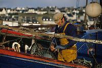 Europe/France/Bretagne/29/Finistère/Camaret : Pêcheur et casier sur le port