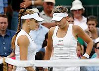 29-6-07,England, Wimbldon, Tennis, Michaella Krajicek en Anna Chadvetadze passeren elkaar tijdens de wissel