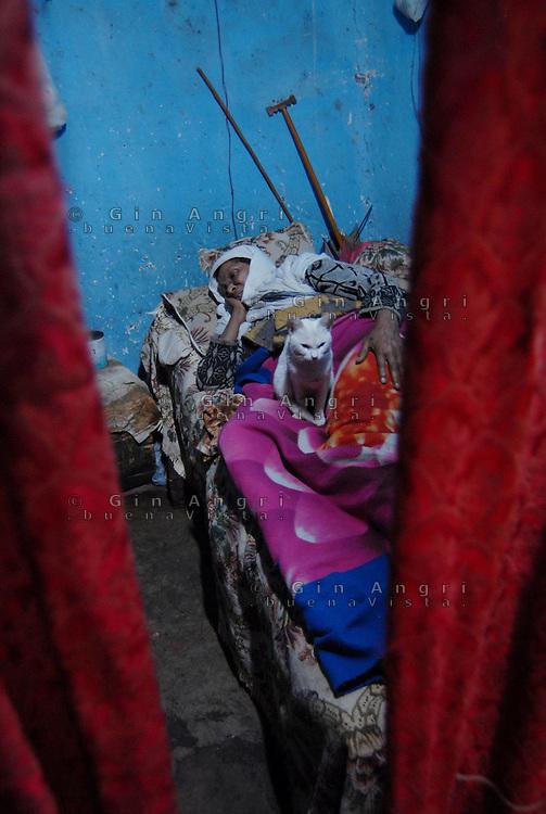 """Addis Abeba,Etiopia. L'ong """"Il Sole"""" di Como gestisce il progetto """"i fiori che rinascono"""" per aiutare più di 200 bambine vittime di abusi sessuali. Addis Abeba nella lingua locale, l'amarico, significa """"Nuovo Fiore"""". Assieme all'aiuto economico e psicologico, il progetto del Sole, vede anche l'avvio di  corsi musicali, teatrali e di fotografia."""