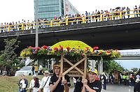 MEDELLÍN - COLOMBIA, 06-08-2015. El desfile de silleteros es el evento central de la Feria de las Flores 2015 que se lleva cabo cada año en la ciudad de Medellín, Colombia. El ganador absoluto 2015 fue Carlos Alberto Grisales y Natalia Andrea Grajales fue la ganadora en lña categoría Monumental./ Silleteros parade is the main attraction to enjoy on the Feria de las Flores 2015 that held every year in Medellin, Colombia. The overall winner was Carlos Alberto Grisales and Natalia Andrea Grajales was the Monumental category award.  Photo: VizzorImage/ León Monsalve /STR