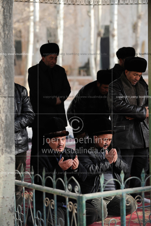 CHINA province Xinjiang, city Kashgar, where uyghur people are living , Heytgar or Idkah mosque, friday prayer / CHINA Provinz Xinjiang , Kashgar, Freitagsgebet in Heytgah-Moschee oder Idkah Moschee, Turkvolk der Uiguren