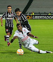 MANIZALES- COLOMBIA - 11-02-2015: Johan Arango (abajo) jugador de Once Caldas, disputa el balón con Fagner (arriba) jugador del Corinthians, durante partido de vuelta entre Once Caldas de Colombia y Corinthians de Brasil por la primera fase, repechaje 6, de la Copa Bridgestone Libertadores en el estadio Palogrande, de la ciudad de Manizales. / Johan Arango (down) player of Once Caldas, vies for the ball with Fagner (Up) player of Corinthians, during a match for the second leg between Once Caldas of Colombia and Corinthians of Brasil for the first phase, playoff 6, of the Copa Bridgestone Libertadores in the Palogrande stadium in Manizales city. Photos: VizzorImage / Kevin Toro / Cont