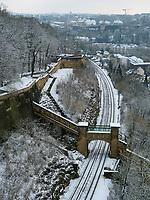 Blick auf Pfaffenthal von Brücke Großherzogin Charlotte, Luxemburg-City, Luxemburg, Europa<br /> Pfaffenthal seen from bridge Grand duchesse Charlotte, Luxembourg City, Europe