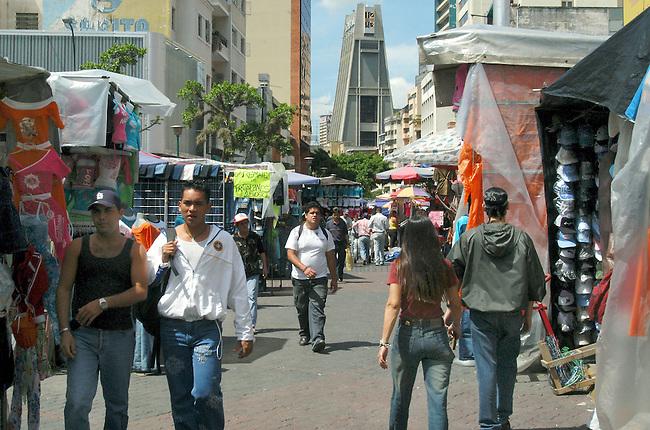 Stadtansicht in Caracas<br /> Hier: Die Einkaufsstrasse Avenida Abraham Lincoln.<br /> 8.11.2004, Caracas / Venezuela<br /> Copyright: Christian-Ditsch.de<br /> [Inhaltsveraendernde Manipulation des Fotos nur nach ausdruecklicher Genehmigung des Fotografen. Vereinbarungen ueber Abtretung von Persoenlichkeitsrechten/Model Release der abgebildeten Person/Personen liegen nicht vor. NO MODEL RELEASE! Nur fuer Redaktionelle Zwecke. Don't publish without copyright Christian-Ditsch.de, Veroeffentlichung nur mit Fotografennennung, sowie gegen Honorar, MwSt. und Beleg. Konto: I N G - D i B a, IBAN DE58500105175400192269, BIC INGDDEFFXXX, Kontakt: post@christian-ditsch.de<br /> Bei der Bearbeitung der Dateiinformationen darf die Urheberkennzeichnung in den EXIF- und  IPTC-Daten nicht entfernt werden, diese sind in digitalen Medien nach §95c UrhG rechtlich geschuetzt. Der Urhebervermerk wird gemaess §13 UrhG verlangt.]
