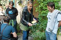 Ca. 50 Fluechtlinge und Unterstuetzer haben am Mittwoch den 17. September 2014 die Parteizentrale von Buendnis 90/Die Gruenen in Berlin besetzt. Sie forderten, dass die Vertreter von Gruenen Landesregierungen am Freitag den 19. September 2014 in der Sitzung des Bundesrates gegen die weitere Verschaerfung des Asylrechts stimmen. Die Verschaerfung wuerde nach Aussagen von Besetzern auf einer kurzfristig einberufenen Pressekonferenz, die faktische Abschaffung des Asylrechts bedeuten.<br /> Die Mitarbeiter und die Parteifuehrung solidarisierten sich mit dem Anliegen der Besetzer, wollten aber keine Zusage ueber das Abstimmungsverhalten im Bundesrat machen. Die Polizei wurde von den Hausherren nicht an das Gebaeude gelassen und auch eine Raeumung durch die Polzei wurde abgelehnt. Die Polizei hielt sich daraufhin zurueck.<br /> Die Parteichefin Simone Peters (Bildmitte) lud die Besetzer nach deren Pressekonferenz zu einem Gespraech und diskutierte mit ihnen.<br /> 17.9.2014, Berlin<br /> Copyright: Christian-Ditsch.de<br /> [Inhaltsveraendernde Manipulation des Fotos nur nach ausdruecklicher Genehmigung des Fotografen. Vereinbarungen ueber Abtretung von Persoenlichkeitsrechten/Model Release der abgebildeten Person/Personen liegen nicht vor. NO MODEL RELEASE! Don't publish without copyright Christian-Ditsch.de, Veroeffentlichung nur mit Fotografennennung, sowie gegen Honorar, MwSt. und Beleg. Konto: I N G - D i B a, IBAN DE58500105175400192269, BIC INGDDEFFXXX, Kontakt: post@christian-ditsch.de<br /> Urhebervermerk wird gemaess Paragraph 13 UHG verlangt.]