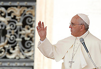 Papa Francesco benedice i fedeli al termine dell'udienza generale del mercoledi' in Piazza San Pietro, Citta' del Vaticano, 9 settembre 2015.<br /> Pope Francis blesses the faithful at the end of his weekly general audience in St. Peter's Square at the Vatican, 9 September 2015.<br /> UPDATE IMAGES PRESS/Isabella Bonotto<br /> <br /> STRICTLY ONLY FOR EDITORIAL USE