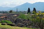 ITA, Italien, Kampanien, Pompei (Pompeji): antike altroemische Ruinenstadt, im Jahre 79 n. Chr. durch Ausbruch des Vesuvs unter Asche- und Bimsteinregen begraben, inmitten des Industrieortes Torre Annunziata | ITA, Italy, Campania, Pompei (Pompeji): ancient city of ruins, buried under ashes and cinders by eruption of vulcano Vesuvius in 79. AD, right next to industiral town of Torre Annunziata