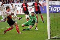 Markus Pröll (Eintracht Frankfurt) pariert den Schuss von Arturo Vidal (Bayer Leverkusen)