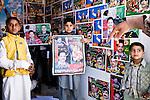Des enfants arborent fièrement les affiches du PPP dans un local de campagne de Rawalpindi, à coté d'un bureau de vote.