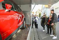 """Gewinnerin Teresa Piervenanzi-Ligorio (2vr) ist bei Moderator Daniel Fischer (r.) überwältigt nach der Enthüllung des Autos - Weiterstadt 06.03.2019: FFH verschenkt im Rahmen der Aktion """"Jeden Tag ein Auto"""" ein Fahrzeug"""