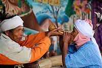 BanGLADESH, Region Madhupur, Garo people, matrilineal society / BANGLADESCH, Madhupur, Garos sind eine christliche u. ethnische Minderheit , Garo folgen einer matrilinearen Abstammungsregel, Erntedankfest Wangal, Maenner trinken toddy, Palmbier