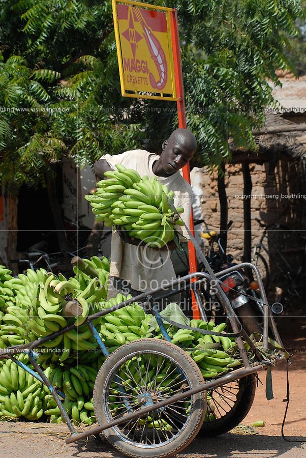 Mali Bamako, farmer sells bananas to the market, behind Maggi signboard / Mali Bamako, Bauer bringt Bananen zum Markt , Hintergrund Niem Baum und Maggi Werbung