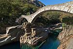 Switzerland, Ticino, Val Verzasca, Lavertezzo: Ponte dei Salti, also called roman Bridge, crossing river Verzasca near Lavertezzo | Schweiz, Tessin, Val Verzasca, Lavertezzo: Ponte dei Salti, auch als Roemerbrücke bekannt, fuehrt bei Lavertezzo ueber den Fluss Verzasca. Steinbruecke mit zwei Boegen, erbaut im Mittelalter