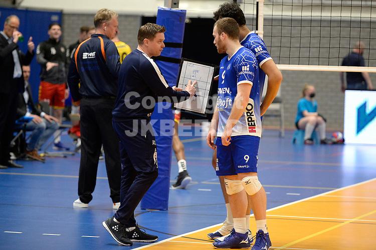 18-04-2021: Volleybal: Amysoft Lycurgus v Draisma Dynamo: Groningen, Lycurgus coach Arjan Taaij   geeft aanwijzingen