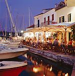 Greece, Cephalonia (Ionian island), Fiskardo: Harbour Restaurants Scene at Night | Griechenland, Kefalonia (Ionische Insel), Fiskardo: Restaurants im Hafen am Abend