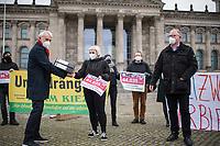 """Uebergabe von 44.000 Unterschriften fuer ein erweitertes, preislimitiertes Vorkaufsrecht am Donnerstag den 28. Jnuar 2021 durch Mieterinitiativen an Mitglieder des Deutschen Bundestag.<br /> Mehr als 44.000 Menschen haben eine Petition unterzeichnet, in der ein erweitertes, preislimitiertes Vorkaufsrecht fuer Wohnhaeuser fuer Staedte und Kommunen gefordert wird um Immobilienspekulation zu Lasten von Mietern zu begrenzen.<br /> Die Unterschriften wurden von der Nachbarschaftsinitiative """"Bizim Kiez - Unser Kiez"""" und des """"Berliner Mieterverein e.V."""" an Abgeordnete uebergeben, die zu wohnungs- und baupolitischen Themen im Bundestag zustaendig sind.<br /> Links im Bild: Bernhard Daldrup, SPD.<br /> 28.1.2021, Berlin<br /> Copyright: Christian-Ditsch.de"""