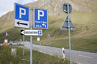 Switzerland. Canton of Ticino. Val di Blenio (Blenio valley). Lucomagno (Lukmanier) pass. The pass is 1914 meters high. Road signs and parking places. © 2006 Didier Ruef