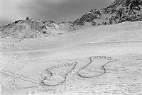 Switzerland. Ticino canton. Airolo. Peschün ski resort. Drawing of two feet in the snow. Winter. 8.03.2000 © 2000 Didier Ruef