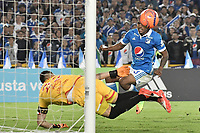 BOGOTA - COLOMBIA -19 -03-2017: Harold Mosquera (Der) jugador de Millonarios dispara el balón tratando de anotar a Leandro Castellanos (Izq) goalkeeper de Independiente Santa Fe durante partido partido por la fecha 10 de la Liga Aguila I 2017jugado en el estadio Nemesio Camacho El Campin de la ciudad de Bogota./ Harold Mosquera (R) player of Millonarios shoots the ball trying to score to Leandro Castellanos (L) goalkeeper of Independiente Santa Fe during match for the date 10 of the Liga Aguila I 2017played at the Nemesio Camacho El Campin Stadium in Bogota city. Photo: VizzorImage / Gabriel Aponte / Staff.