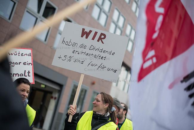 Mehrere hundert Mitarbeiter der Telekom zogen am Dienstag den 12. April 2016 anlaesslich eines Warnstreiks durch die Berliner Innenstadt. Die Dienstleistungsgewerkschaft ver.di ist in Tarifverhandlungen mit der Telekom und fordert 5 Prozent mehr Lohn fuer die Beschaeftigten, was die Telekom jedoch nicht zahlen will.<br /> 12.4.2016, Berlin<br /> Copyright: Christian-Ditsch.de<br /> [Inhaltsveraendernde Manipulation des Fotos nur nach ausdruecklicher Genehmigung des Fotografen. Vereinbarungen ueber Abtretung von Persoenlichkeitsrechten/Model Release der abgebildeten Person/Personen liegen nicht vor. NO MODEL RELEASE! Nur fuer Redaktionelle Zwecke. Don't publish without copyright Christian-Ditsch.de, Veroeffentlichung nur mit Fotografennennung, sowie gegen Honorar, MwSt. und Beleg. Konto: I N G - D i B a, IBAN DE58500105175400192269, BIC INGDDEFFXXX, Kontakt: post@christian-ditsch.de<br /> Bei der Bearbeitung der Dateiinformationen darf die Urheberkennzeichnung in den EXIF- und  IPTC-Daten nicht entfernt werden, diese sind in digitalen Medien nach §95c UrhG rechtlich geschuetzt. Der Urhebervermerk wird gemaess §13 UrhG verlangt.]
