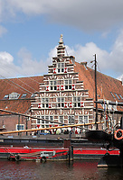 Nederland Leiden - 2021. De Stadstimmerwerf met rood-witte luiken aan het Galgewater.    Foto ANP / Hollandse Hoogte / Berlinda van Dam