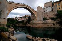 Mostar / Bosnia Erzegovina 2011.Dopo lunghi anni di attesa, il famoso Ponte sulla Neretva è stato ricostruito. Non ha il fascino dello Stari Most ma attira migliaia di turisti che si affollano per vedere gli spettacolari tuffi compiuti da giovani mostarini nelle verdi acque del fiume..Foto Livio Senigalliesi..Mostar / BIH 2011.The new bridge on the river Neretva. The old one, the famour Stari Most, has been destroyed by the Croats during te war..Photo Livio Senigalliesi
