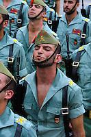 Soldaten der Legion tragen den Cristo de la Buena Muerte (Cristo de Mena) bei der   Semana Santa (Karwoche) in Malaga, Andalusien, Spanien
