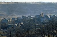 Europe/France/Auvergne/15/Cantal/Saint Urcize: Eglise et son clocher en peigne - Aubrac à l'aube en hiver