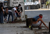 Venezuela: Caracas,12/02/14 <br /> Protesters throw stones at police, during the student protests of February 12, in the vicinity of the Attorney General of Venezuela, in center Caracas. Edsau Olivares//Archivolatino