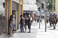 Campinas (SP), 26/12/2020 - Fase vermelha/Covid-19 - A cidade de Campinas, interior de Sao Paulo entra neste sabado (26) no segundo dia de fase vermelha do Plano Sao Paulo de flexibilizacao da quarentena por causa da alta dos casos de covid-19. Movimentacao na rua 13 de Maio no centro da cidade. Por isso, so servicos essenciais funcionam hoje e amanha. Com isso o comercio segue fechado, bosques e parques tambem. Alem disso, nao e permitido que refeicoes sejam feitas em bares, restaurantes e padarias. Esses estabelecimentos funcionam por delivery. (Foto: Denny Cesare/Codigo 19/Codigo 19)