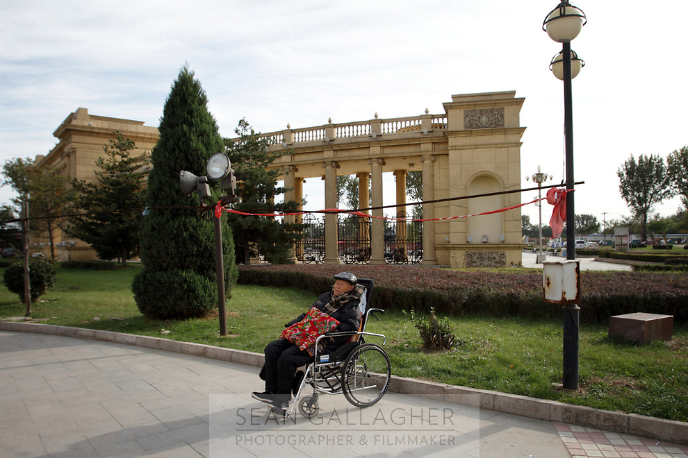 CHINA. Beijing. Near the main gate of the Sun City retirement complex for the elderly. 2010