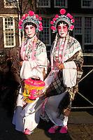 Chinees Nieuwjaar in Amsterdam. Opera artiesten lopen op straat in de Nieuwmarktbuurt.