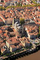 La Cathedrale Saint Etienne au milieu de la vieille ville de Cahors