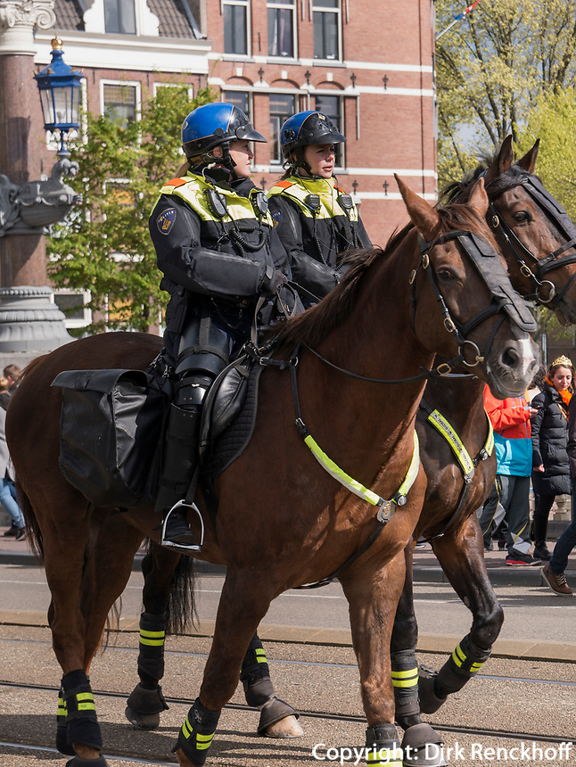 Berittene Polizei am Königstag in Amsterdam, Provinz Nordholland, Niederlande<br /> Mounted police at Kings day on, Amsterdam, Province North Holland, Netherlands