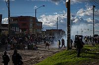 BOGOTA - COLOMBIA, 20-07-2021: Fuertes disturbios entre manifestantes y miembros del ESMAD de la policía en el sector de Usme hoy, 20 de julio de 2021, en Bogotá durante la conmemoración del día de independencia de Colombia en el cual siguen las protestas del paro nacional que nuevamente convocó movilizaciones para protestar por el gobierno del presidente Duque. / Strong riots between protesters and ESMAD members of the police in the Usme sector today, July 20, 2021, in Bogotá during the commemoration of Colombia's independence day in which the protests of the national strike that again called mobilizations to protest the government of President Duque. Photo: VizzorImage / Diego Cuevas / Cont