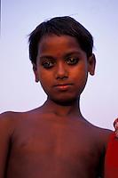Bangladesh, Dhaka, 15 Januari 1991..Portret van een jonge man...Portrait of young man...Photo by Kees Metselaar