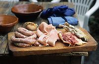"""Europe/France/Languedoc-Roussillon/11/Aude/La Bastide d'Anjou: les ingredients du cassoulet d'Etienne Rousselot de """"L'Hostellerie Etienne"""" saucisse, confit, lard"""