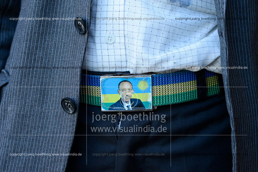 RWANDA, belt lock with image of president Paul Kagame and rwandian flag  / RUANDA, Butare, Guertelschnalle mit Foto des amitierenden Tutsi Praesidenten Paul Kagame, RPF Rwandan Patriotic Front, die Schnalle haelt