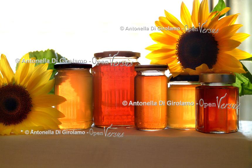 Barattoli di miele. Jars of honey..