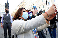 Actor Tom Cruise wearing a face mask on the set of the film Mission Impossible 7 shot in Via Nazionale while two women take a selfie with him.<br /> Rome (Italy), October 9th 2020<br /> Photo Samantha Zucchi Insidefoto